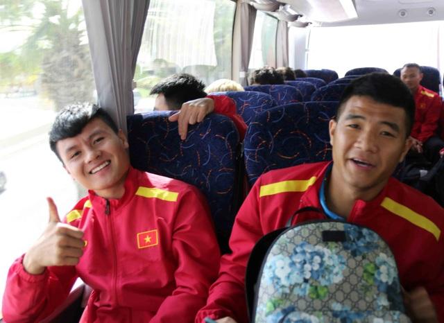 Đội tuyển Việt Nam đổ bộ tới UAE trong vòng vây của người hâm mộ - 6