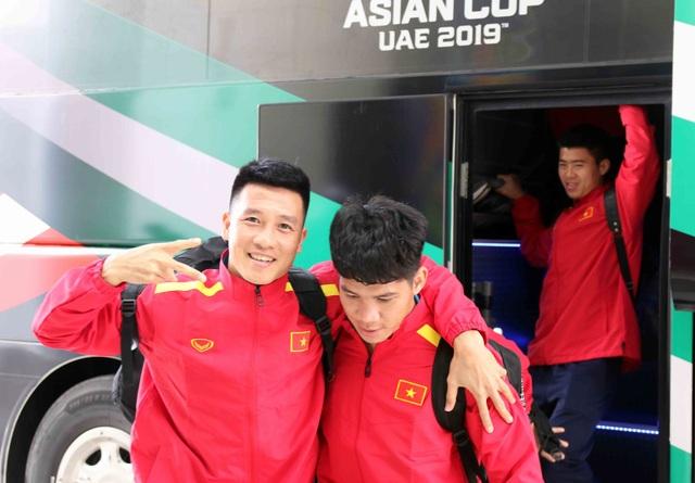 Đội tuyển Việt Nam đổ bộ tới UAE trong vòng vây của người hâm mộ - 5