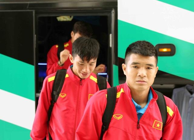 Đội tuyển Việt Nam đổ bộ tới UAE trong vòng vây của người hâm mộ - 4