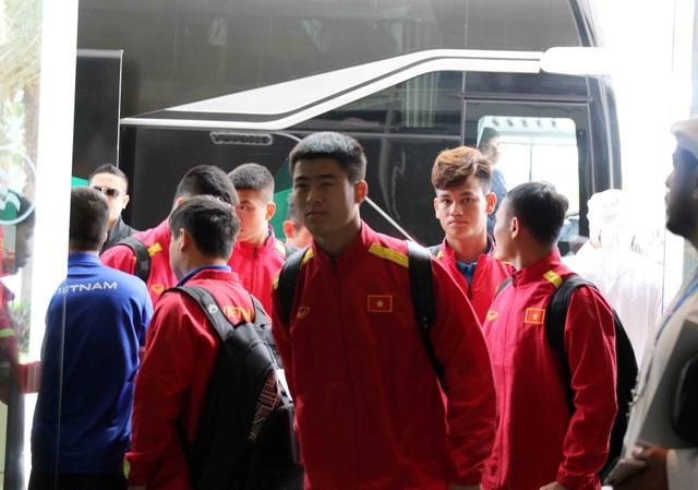 Đội tuyển Việt Nam đổ bộ tới UAE trong vòng vây của người hâm mộ - 3