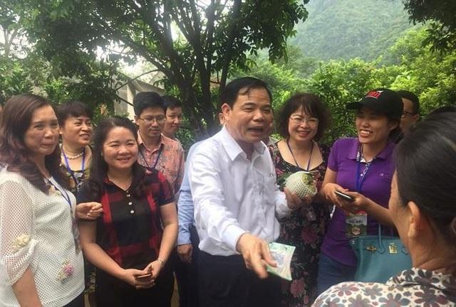 BT Nguyễn Xuân Cường mua hàng của bà con nông dân