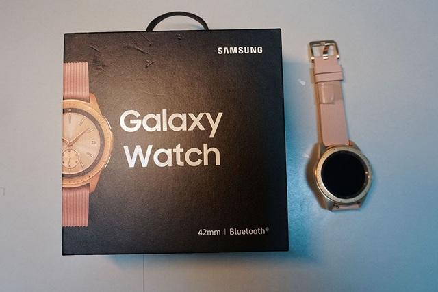 Mở hộp và trên tay nhanh Samsung Galaxy Watch giá 6,9 triệu đồng - 1