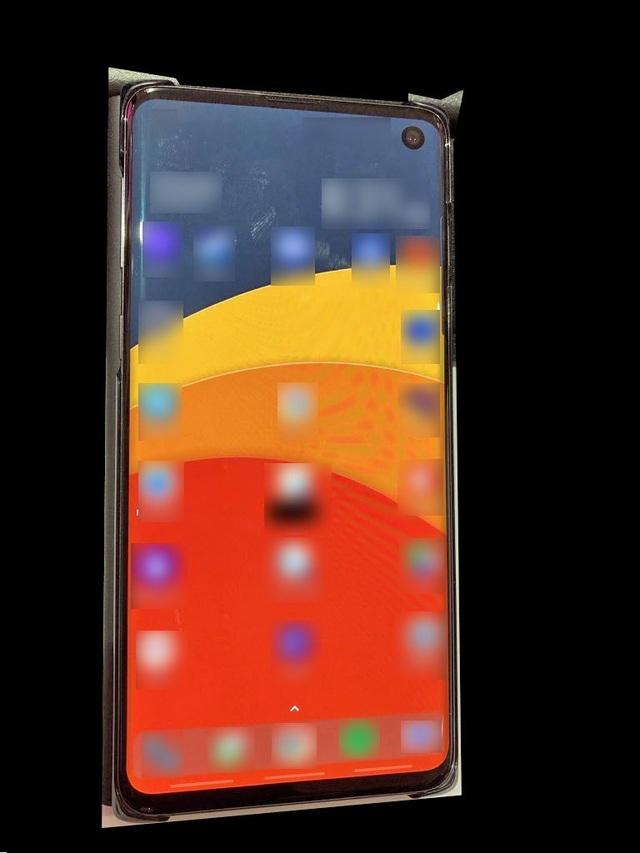 """Ảnh thực tế Galaxy S10 với """"màn hình đục lỗ"""""""