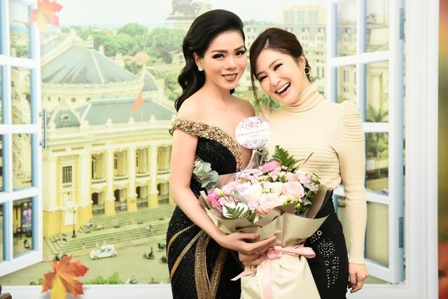 Hương Tràm đến tặng hoa cho Lệ Quyên trước show diễn.