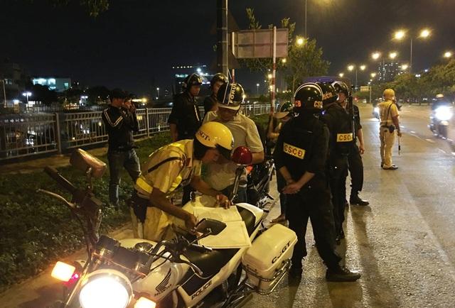 Các thành viên tổ 363 kiểm soát, xử lý và ngăn chặn hành vi vi phạm pháp luật trên đường