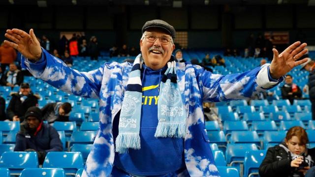 Một cổ động viên Man City tới sớm chờ đợi trận cầu đinh của vòng 21 Premier League