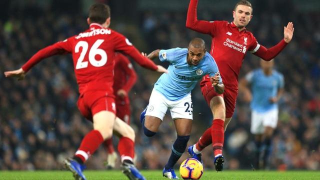 Fernandinho đi bóng trong vòng vây của các cầu thủ Liverpool, đội khách đã chủ động chơi phòng thủ chặt bên sân nhà khiến Man City bế tắc