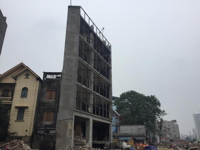 Một ngôi nhà siêu mỏng, siêu méo trên đường Phạm Văn Đồng đang vào giai đoạn hoàn thiện (Ảnh: Nguyễn Trường)