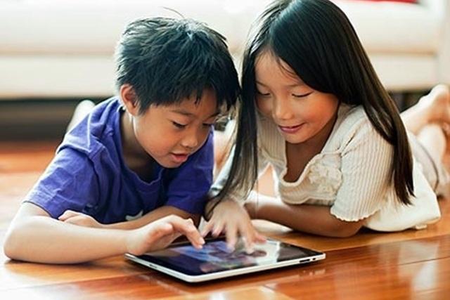 Trẻ ngày càng tiếp xúc với điện thoại sớm hơn (Ảnh: internet).