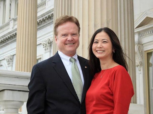 Ông Webb và người vợ gốc Việt , bà Hong Le. Ảnh: Webb2016