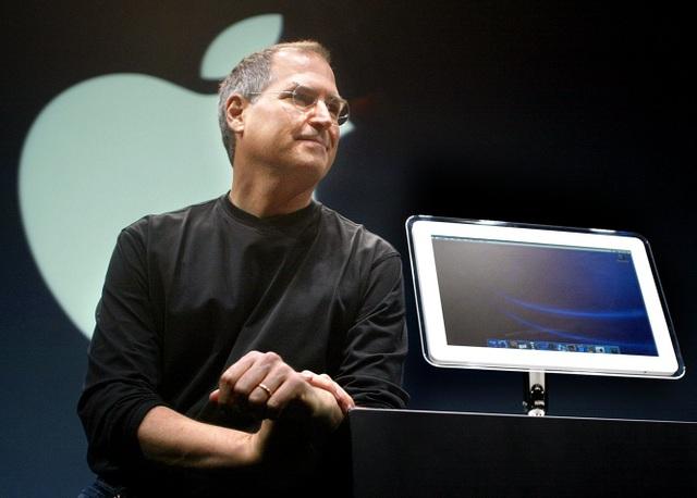 CEO Apple Steve Jobs đứng cạnh một phiên bản mới của máy tính iMac có màn hình 17 inch tại Hội chợ Macworld ngày 17/7/2002 tại thành phố New York.