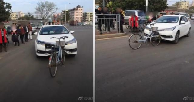 Xe đạp tông trực diện ô tô, nhưng xe đạp không hề bị hư hại còn ô tô bị hỏng nghiêm trọng