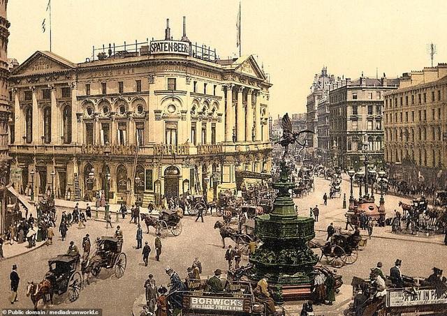 Giao lộ Piccadilly Circus ở London, Anh. Nằm ở khu vực trung tâm của thành phố London, giao lộ này đã chứng kiến sự đổi thay mạnh mẽ của đời sống khi những cỗ xe ngựa giờ đã được thay thế bằng xe hơi và xe buýt.