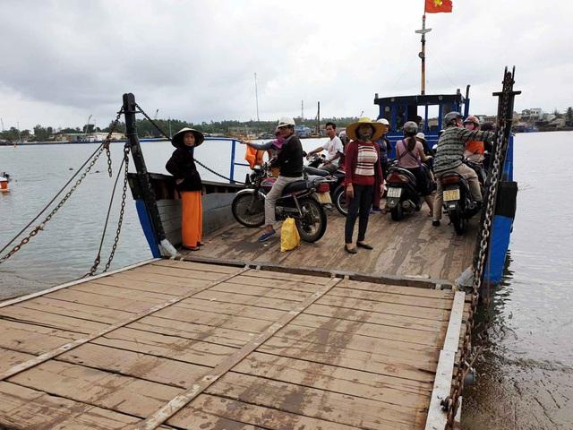 Trong khi đó, hàng ngày hàng ngàn người dân xã đảo Tam Hải vẫn đi trên chiếc phà gỗ, cũ kĩ và không an toàn