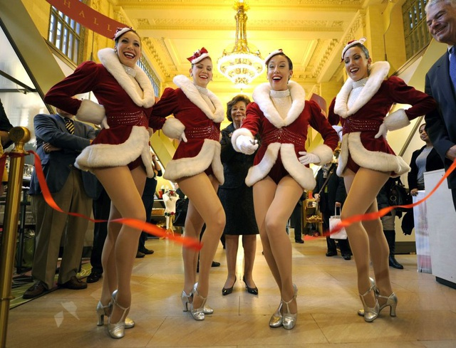 Những cô gái tham dự buổi lễ cắt băng khánh thành tại Hội chợ kỳ nghỉ Grand Central Terminal ở New York, Mỹ