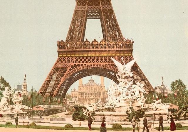 """Tháp Eiffel ở Paris, Pháp. Công trình được xây dựng hồi thập niên 1880, được đặt tên theo tên nhà thiết kế Gustave Eiffel, ban đầu công trình đã bị người dân Paris phản đối vì cho rằng tòa tháp giống như """"một ống khói nhà máy đang xây dở""""."""