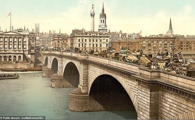 Cầu London, nằm ở London, Anh.