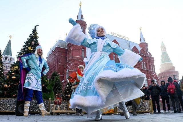 Các nghệ sỹ trong mà biểu diễn đường phố ở quảng trường Manezhnaya, bên ngoài điện Kremlin, trung tâm thủ đô Moscow, Nga