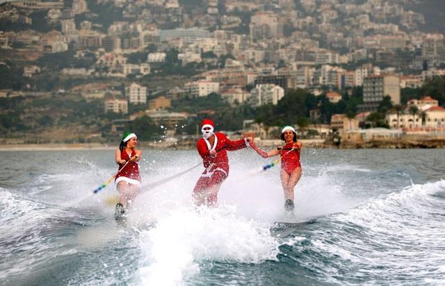 Màn lướt sóng ngẫu hứng cùng ông già Noel ở vịnh Jounieh