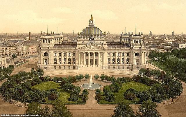 Tòa nhà Reichstag nằm ở Berlin, Đức. Nằm ở gần Cổng Brandenburg, đây là một tòa nhà đã chứng kiến nhiều biến động trong lịch sử nước Đức.