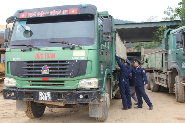 Đoàn Thanh tra giao thông tiến hành đo để cắt thùng xe.