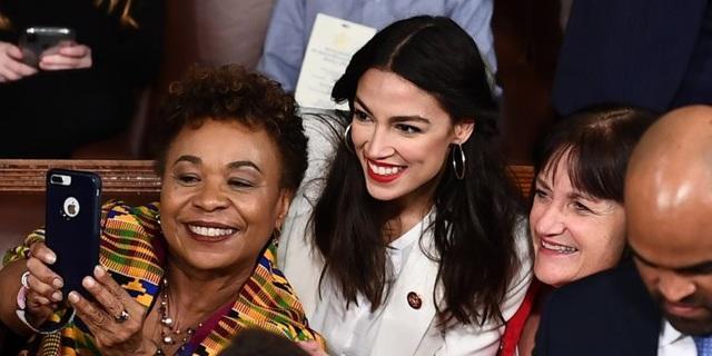 Ocasio-Cortez chụp ảnh tự sướng cùng các đồng nghiệp tại quốc hội Mỹ (Ảnh: Business Insider)