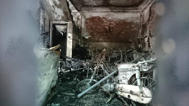 Nhiều đồ đạc trong ngôi nhà bị thiêu rụi hoàn toàn (Ảnh: Nguyễn Trường).