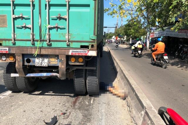 Chưa rõ vì sao nạn nhân đi xe máy văng sang làn ô tô và bị xe đầu kéo container lao tới cán chết.
