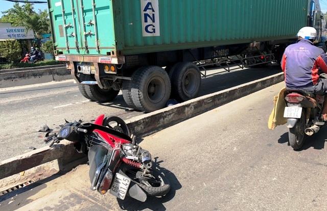 Hiện trường vụ tai nạn người đi xe máy văng sang làn ô tô bị container cán chết ở quận 2.