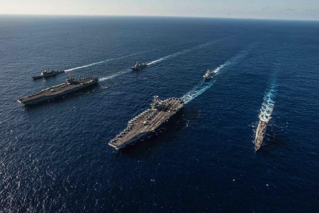 Nhóm tác chiến tàu sân bay Ronald Reagan và John C. Stennis của Mỹ đi qua biển Philippines hồi tháng 11/2018. (Ảnh: US Navy)