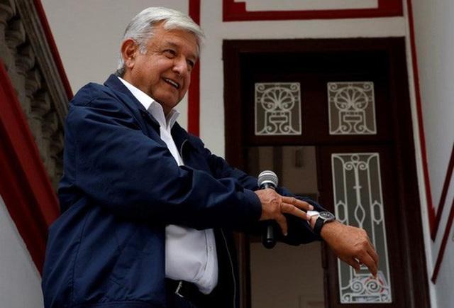 Tổng thống Andres Manuel Lopez Obrador khoe đồng hồ khi bị phóng viên phỏng vấn. Ảnh: Reuters