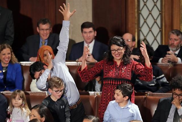 Nghị sĩ Rashida Tlaib (váy hoa) trong ngày họp đầu tiên của quốc hội Mỹ hôm 3/1 (Ảnh: NBC)