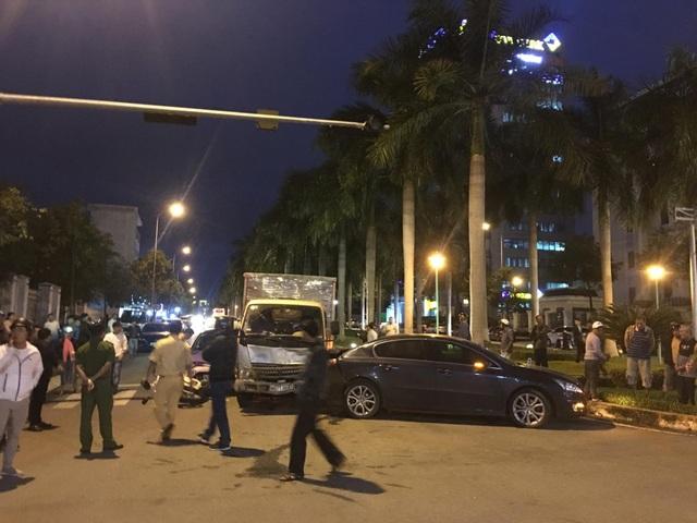 3 ô tô, xe máy bị húc khi đang dừng đèn đỏ - 2