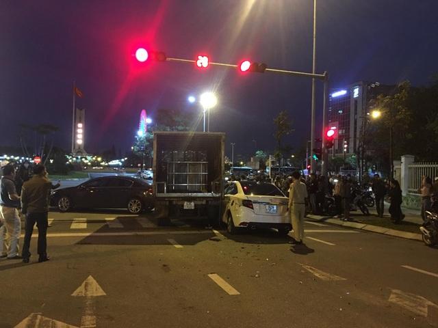 3 ô tô, xe máy bị húc khi đang dừng đèn đỏ - 3