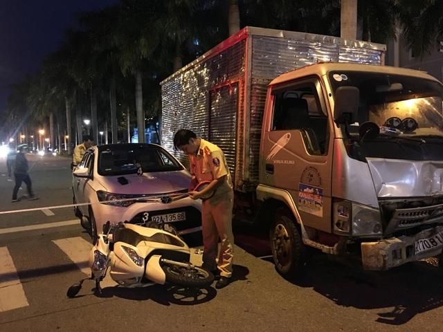 Thêm một vụ tai nạn xảy ra khi đang dừng chờ đèn đỏ khiến dư luận quan tâm.