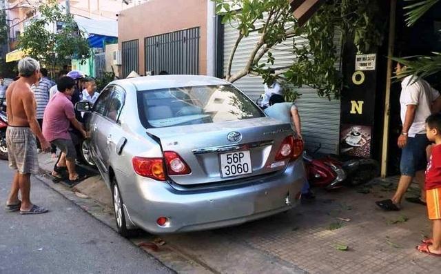 Người dân phụ nhấc ô tô lên để kéo xe máy ra ngoài