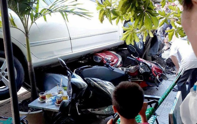 Nhiều xe máy bị cuốn dưới gầm