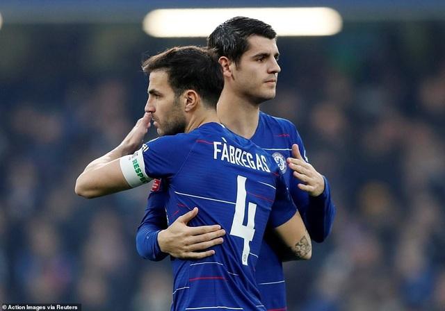 Morata chia vui với Fabregas sau khi ghi bàn, tiền đạo người Tây Ban Nha ăn mừng khá nhẹ ở trận đấu này