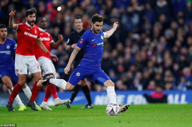 Fabregas đá hỏng quả penalty ở phút 30