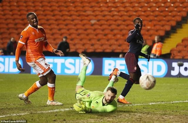 Blackpool (áo da cam) thi đấu quá thiếu hiệu quả trước Arsenal