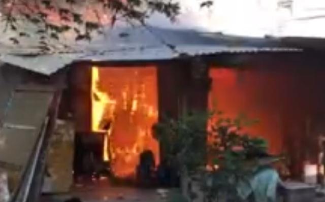 Lửa cháy dữ dội bên trong nhà trọ