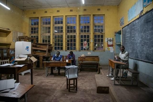 Các nhân viên của ủy ban bầu cử Congo làm việc tại một điểm bỏ phiếu ở trường đại học Imara trong cuộc tổng tuyển cử tại nước này. (Ảnh: AFP)