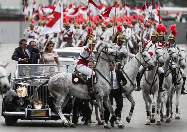 Tân Tổng thống Brazil Jair Bolsonaro và phu nhân Michelle Bolsonaro hoảng hốt khi một con ngựa của đoàn kỵ binh bất ngờ gây náo loạn trong lễ nhậm chức hôm 1/1. Ông Jair Bolsonaro được mệnh danh là Trump vùng nhiệt đới. (Ảnh: EPA)