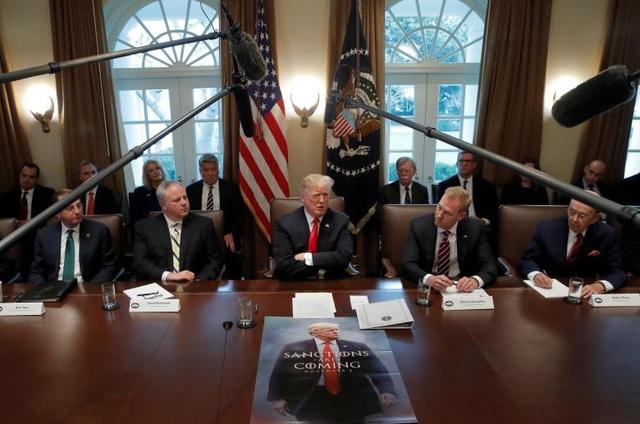 """Tổng thống Donald Trump dự cuộc họp nội các tại Nhà Trắng trong ngày đóng cửa thứ 12 của chính phủ Mỹ hôm 2/1. Trước mặt tổng thống là bức ảnh với dòng chữ """"Các lệnh trừng phạt đang đến"""" nhằm cảnh báo Iran. (Ảnh: Reuters)"""