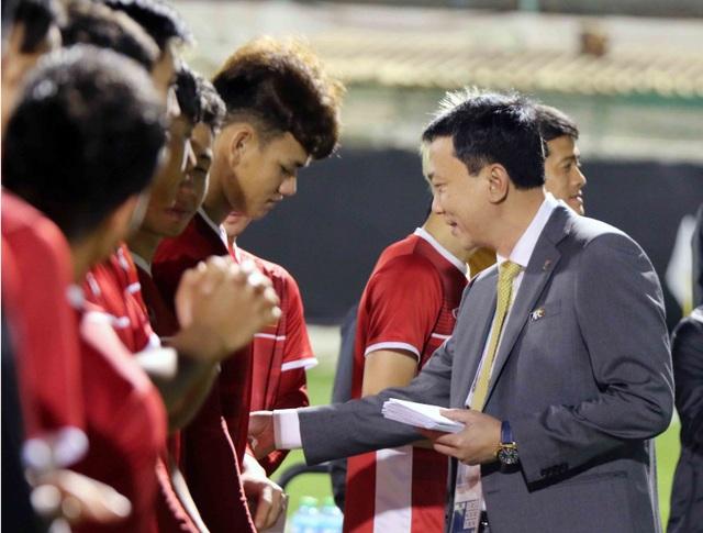 Phó Chủ tịch VFF Trần Quốc Tuấn lì xì đầu năm mới cho các tuyển thủ Việt Nam