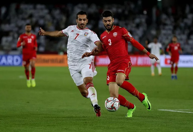 Ali Mabkhout (trái) áp sát hậu vệ Waleed Al-Hayam của Bhrain