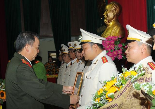 Đại tá Nguyễn Văn Trung - Giám đốc Công an tỉnh Hà Nam trao quyết định điều động cho các cán bộ chiến sĩ. (Ảnh: Công an Hà Nam)