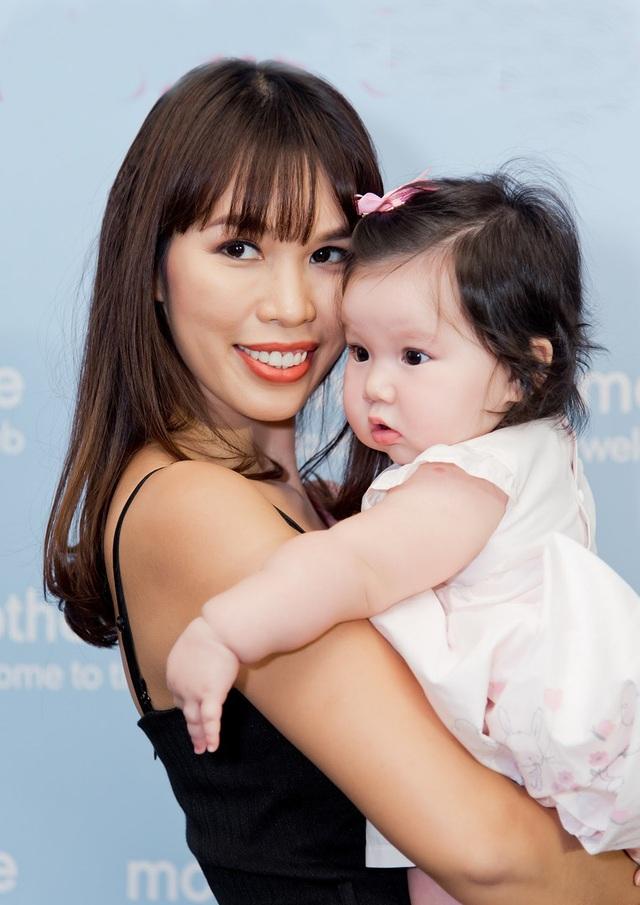 Từ khi sinh con, Hà Anh vẫn thường xuyên chia sẻ hình ảnh của con gái. Người đẹp cũng xinh xắn hơn khi trở thành bà mẹ một con.