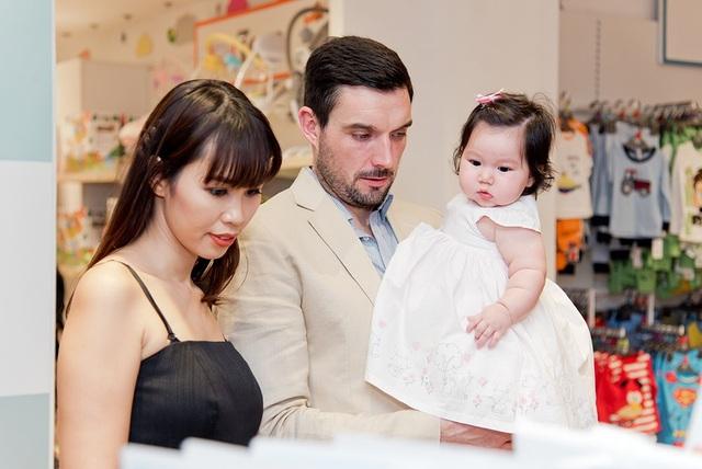 Hà Anh chia sẻ, cô đã rất vui vì có thể cùng chồng đi mua sắm cho con gái trong dịp năm mới.