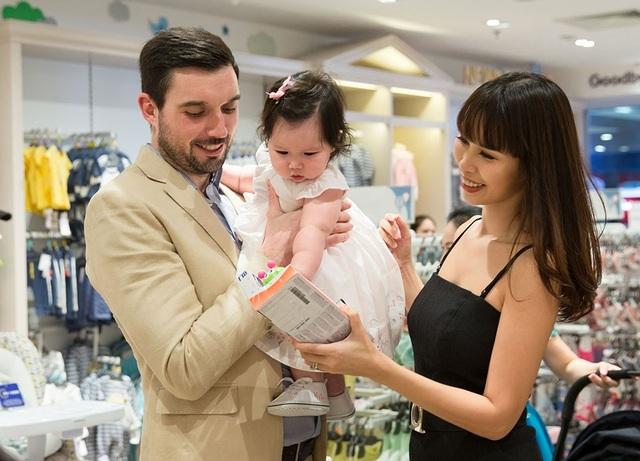 """Người đẹp chẳng những """"sóng đôi"""" bên ông xã mà còn đưa cả con gái lai Tây - Myla cực xinh xắn đi cùng, đây là lần đầu tiên con gái Hà Anh xuất hiện trước truyền thông."""